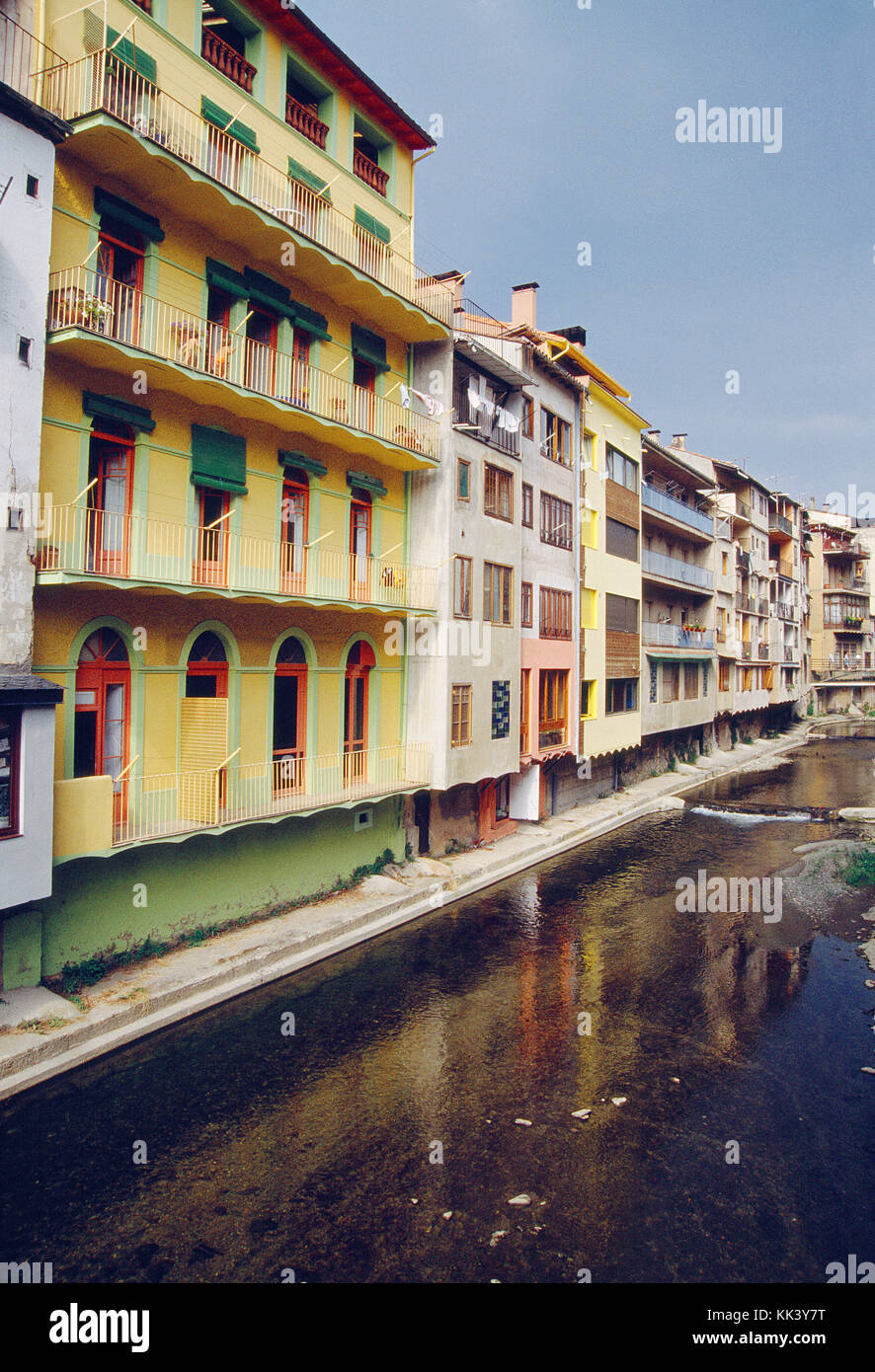 Coloridas fachadas y del río Ter. Camprodon, provincia de Girona, Cataluña, España. Imagen De Stock