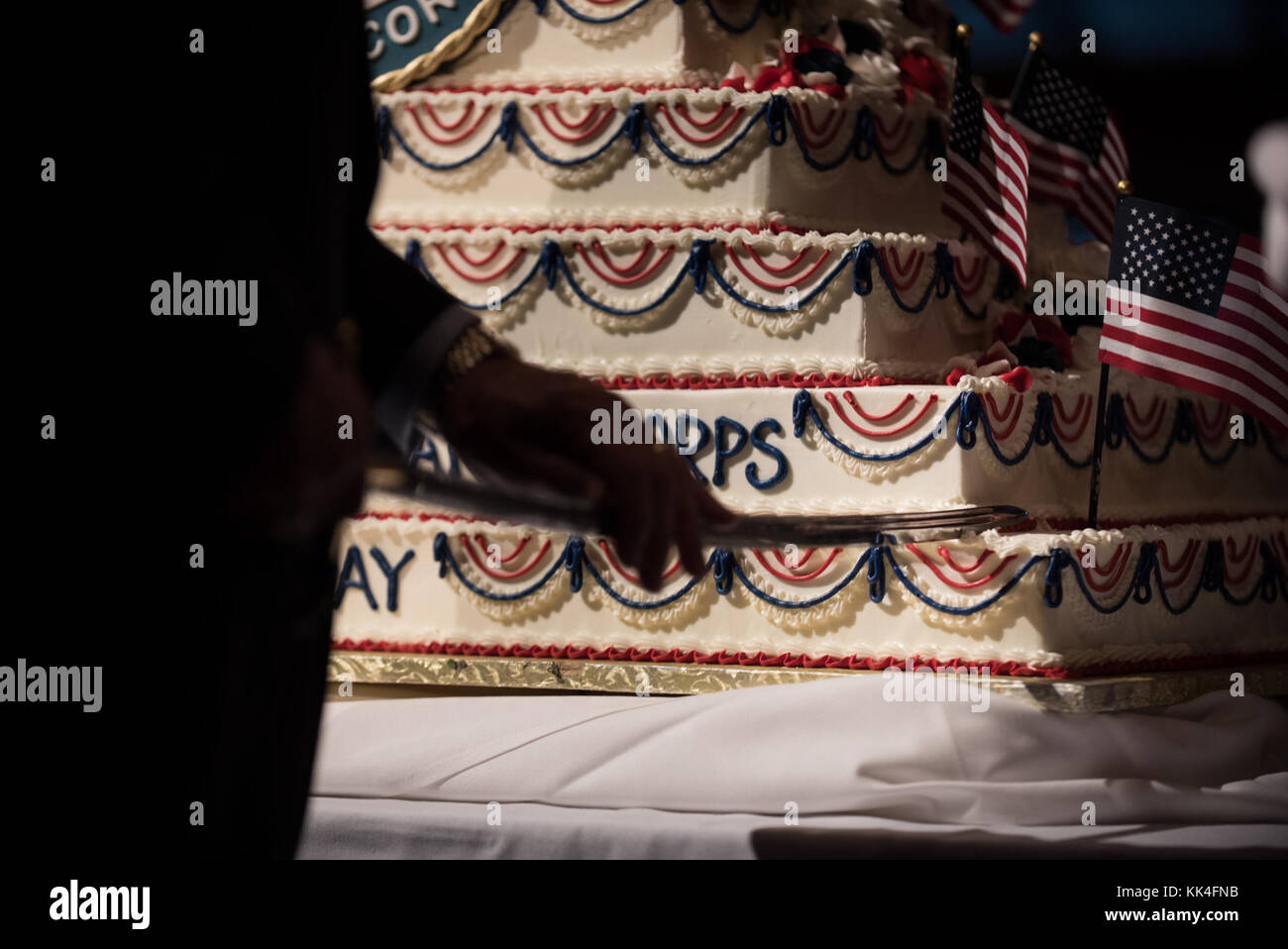 Tom Lyons, fundador y presidente de la sociedad Semper Fi, corta el 242º tarta de cumpleaños durante el semper Fidelis la sociedad de Boston del Cuerpo de Infantería de Marina de EE.UU. Almuerzo de cumpleaños en el Centro de convenciones y exhibiciones de Boston, Massachusetts, el 13 de noviembre, 2017. (DoD foto por el sargento del ejército de EE.UU. James K. McCann) Foto de stock