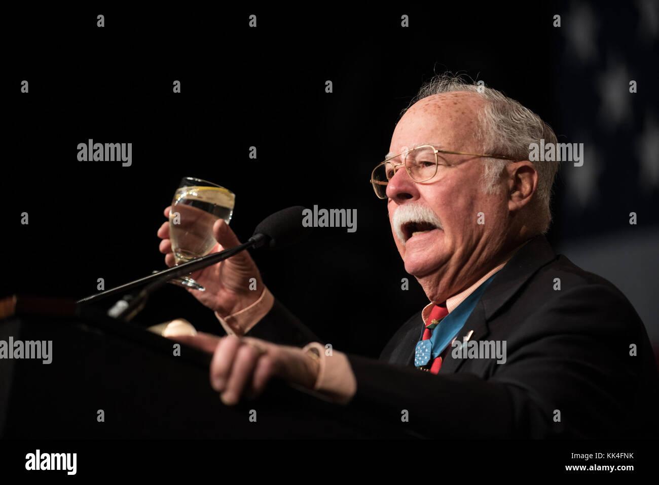 Cuerpo de Infantería de Marina de los Estados Unidos. El Coronel Harvey C ÔBarneyÕ Barnum, un receptor de la Medalla de honor de la guerra de Vietnam, se sirve durante el almuerzo de cumpleaños del cuerpo de Marines de Boston de la Sociedad Semper Fidelis en el Centro de Convenciones y Exposiciones de Boston, Massachusetts, 13 de noviembre de 2017. (DoD Foto por el Ejército de EE.UU. Sgt. James K. McCann) Foto de stock