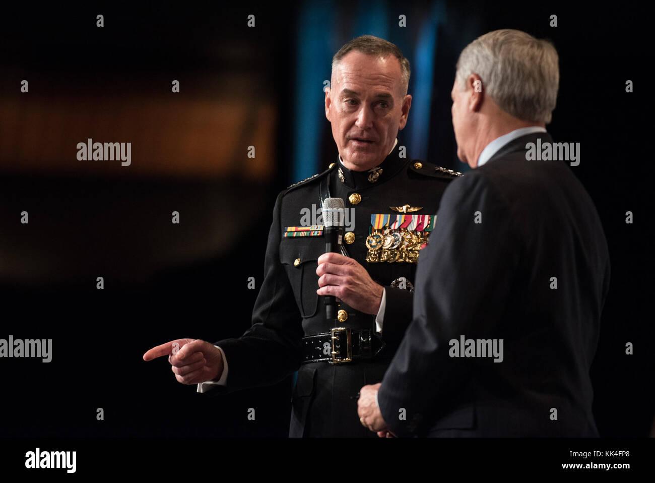Cuerpo de Marines de EE.UU Gen. Joseph F. Dunford, Jr., presidente de la Junta de jefes de personal, gracias al Sr. Tom Lyons, fundador y presidente de la sociedad Semper Fi, durante el semper Fidelis la sociedad de Boston del Cuerpo de Infantería de Marina de EE.UU. Almuerzo de cumpleaños en el Centro de convenciones y exhibiciones de Boston, Massachusetts, el 13 de noviembre, 2017. (DoD foto por el sargento del ejército de EE.UU. James K. McCann) Foto de stock