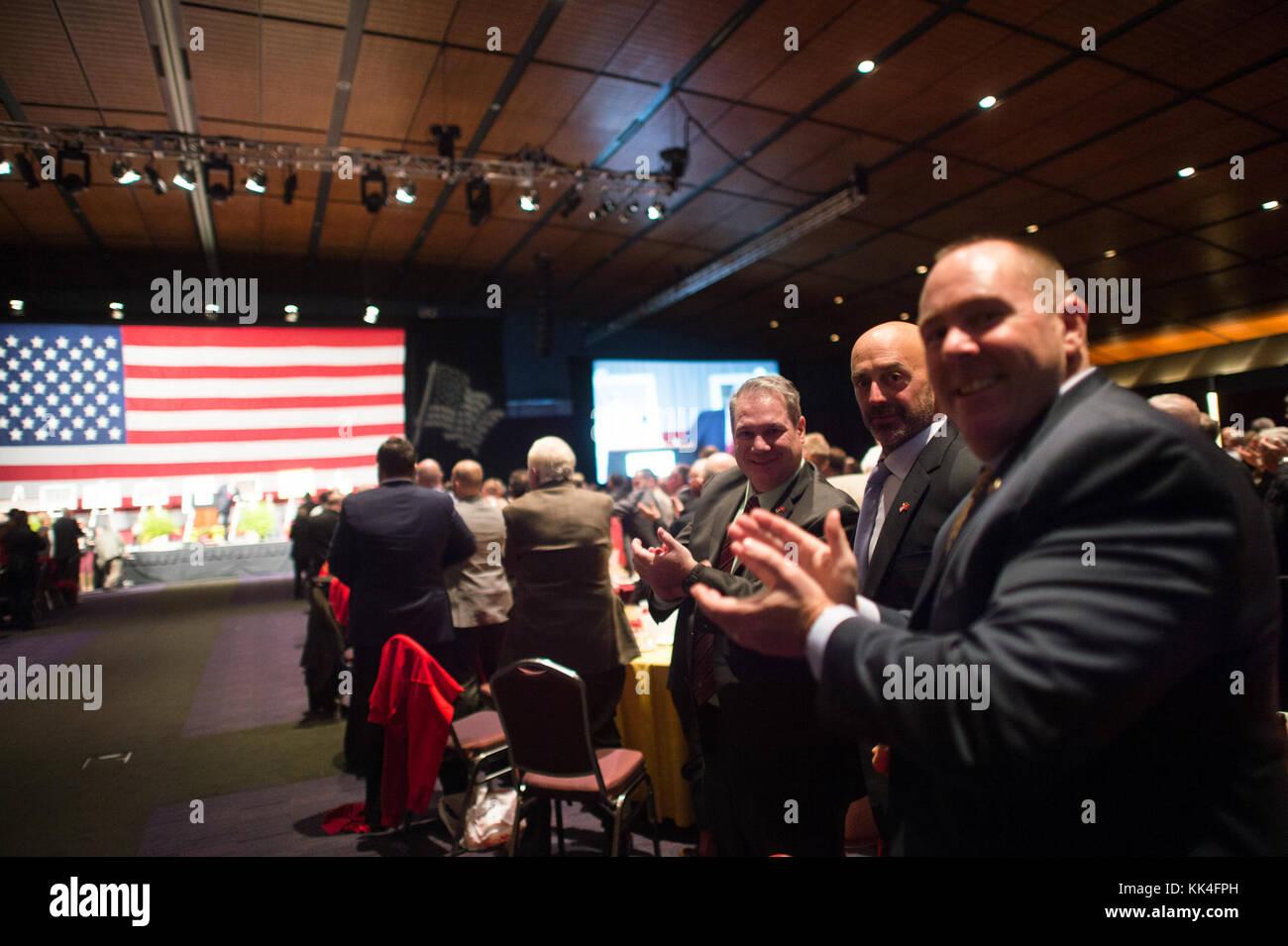 Un grupo de infantes de Marina aplaudir durante el semper Fidelis la sociedad de Boston del Cuerpo de Infantería de Marina de EE.UU. Almuerzo de cumpleaños en el Centro de convenciones y exhibiciones de Boston, Massachusetts, el 13 de noviembre, 2017. (DoD foto por el sargento del ejército de EE.UU. James K. McCann) Foto de stock