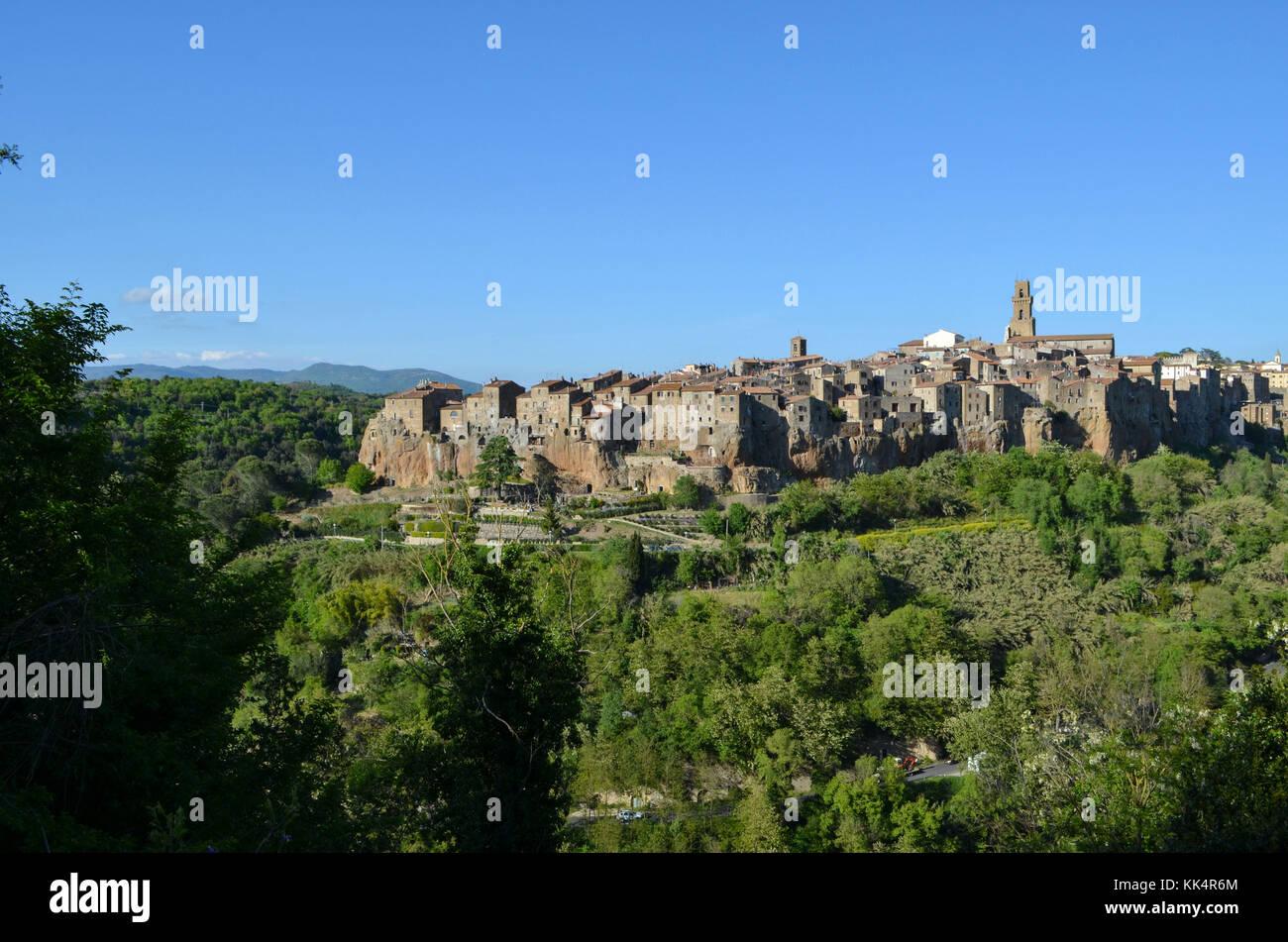 Italia, Toscana: Pitigliano. Sobresaliendo de la Lente River Valley, la ciudad medieval de Pitigliano en un acantilado Foto de stock