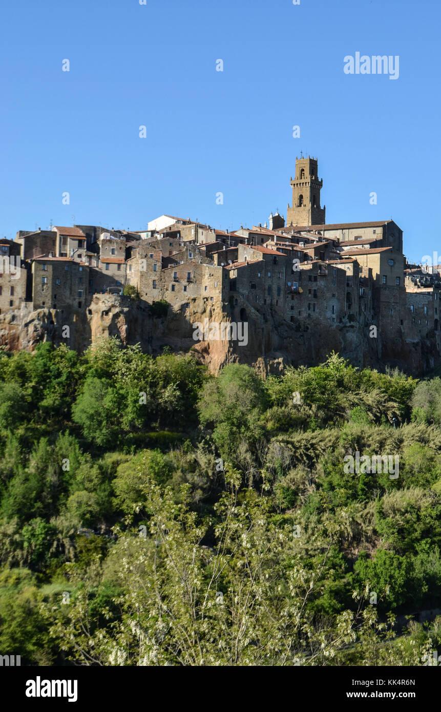 Italia, Toscana: pitigliano. sobresaliendo de la lente River Valley, la ciudad medieval de Pitigliano en un acantilado Imagen De Stock