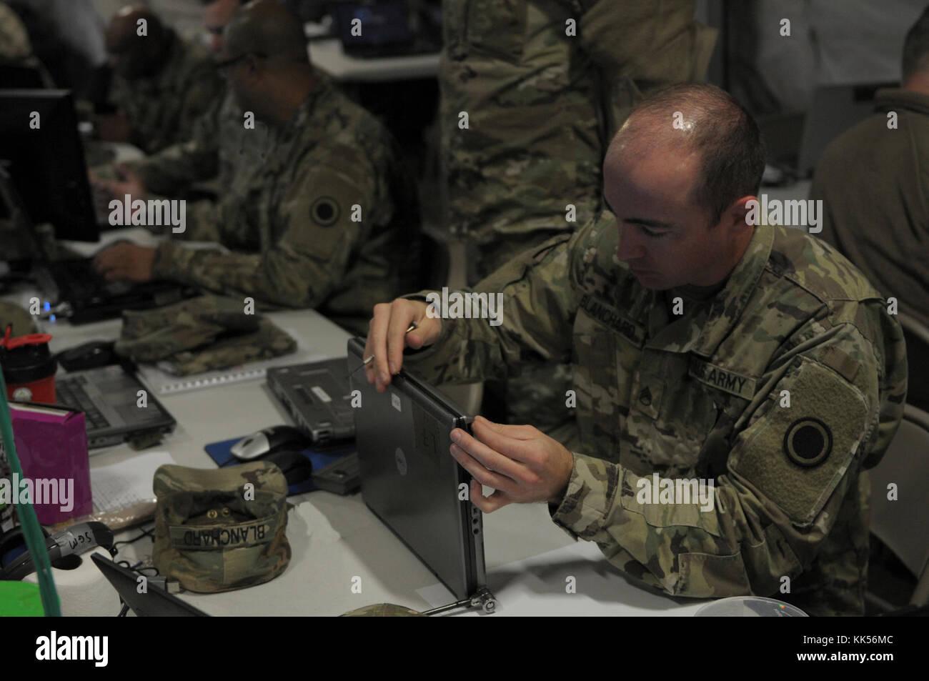 El Sargento. Joshua Blanchard, sistemas de transmisión multicanal operador mantenedor, de primer cuerpo de inteligencia de señal Logística Empresa, realiza labores de mantenimiento en un equipo para obtener el dispositivo en la red durante un ejercicio Warfighter WFX (18-2) en el campamento de Hovey, Corea del Sur el 11 Nov, 2017. Equipos individuales debe estar funcionando correctamente sin problemas a los soldados a completar su misión durante WFX 18-2 y misiones del mundo real. Foto de stock