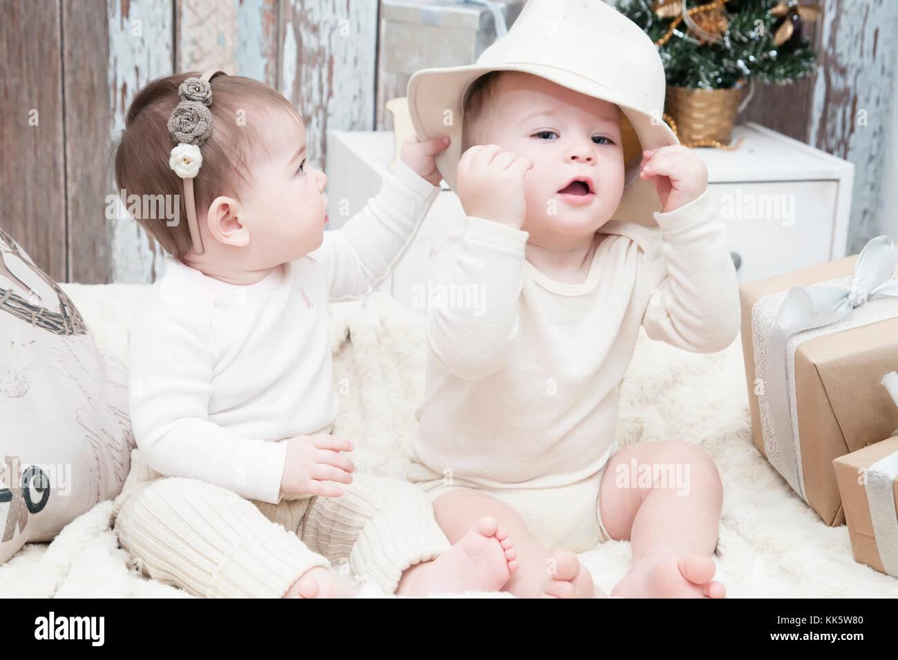 610048493 Dos niños pequeños, un niño y una niña en natural pañales de tela, pañales  naturales, telas de algodón ecológico · Irina Morozova / Alamy Foto de stock