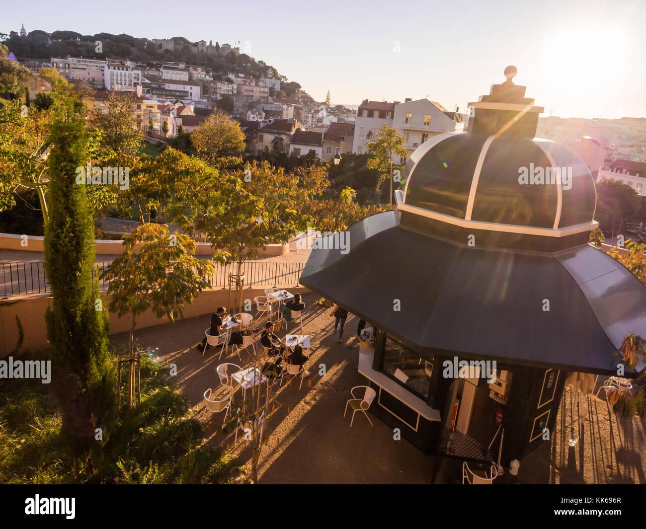 Lisboa, Portugal - Noviembre 19, 2017: Jardim da cerca da Graça en Lisboa, Portugal, en la puesta de sol. Castillo Foto de stock