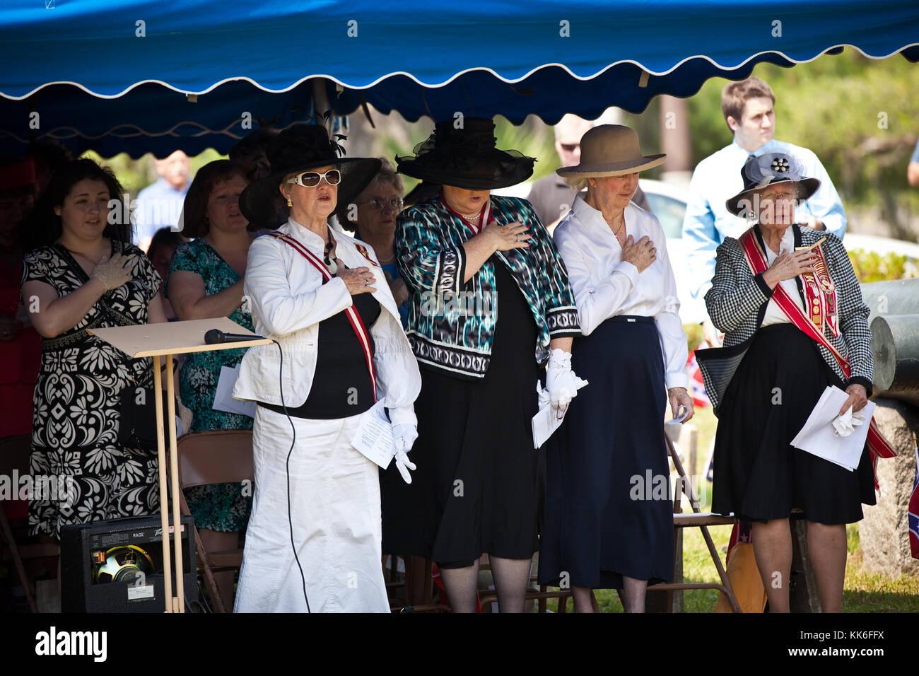 Los miembros de la compañía de las hijas de la confederación llevar una prenda en magnolia cementerio para marcar Confederate Memorial Day en mayo 10, 2011 en Charleston, Carolina del Sur. Carolina del Sur es uno de los tres estados que marca el día como un día festivo. Foto de stock