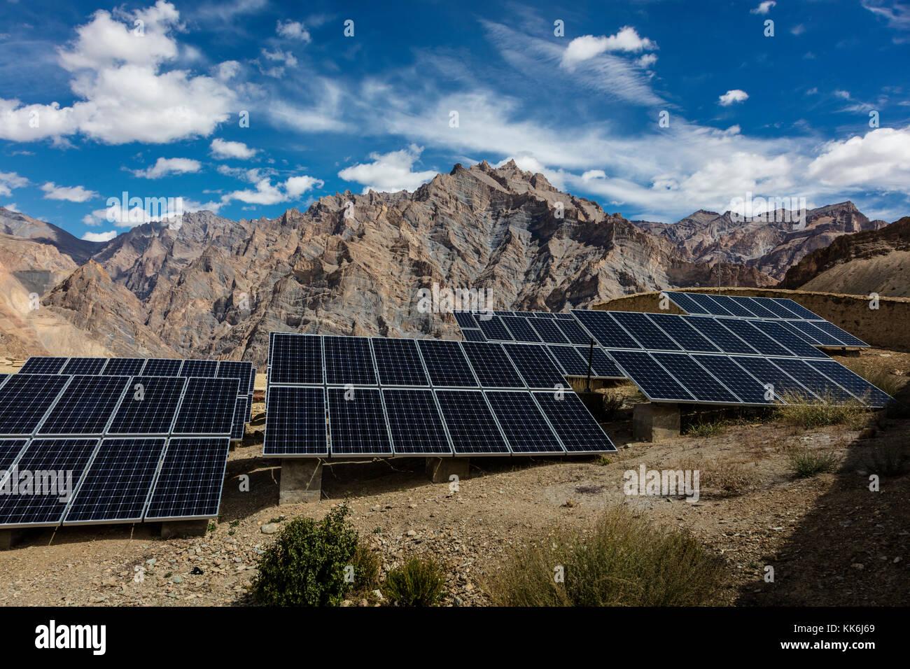 Paneles solares para crear electricidad nyerak aldea ubicada en el Bajo Zanskar River Gorge - Bajo Zanskar, Ladakh, Imagen De Stock
