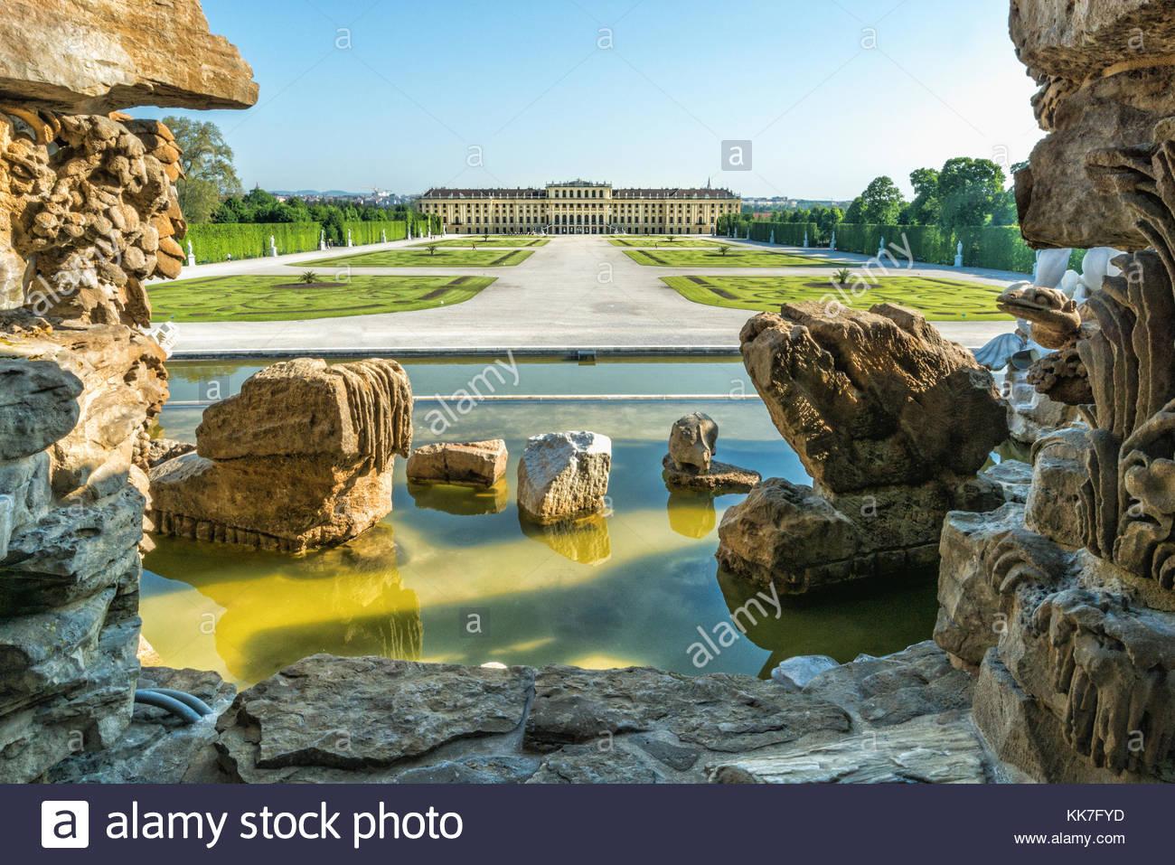 Vista desde la fuente de Neptuno, al palacio de Schönbrunn en luz suave Foto de stock