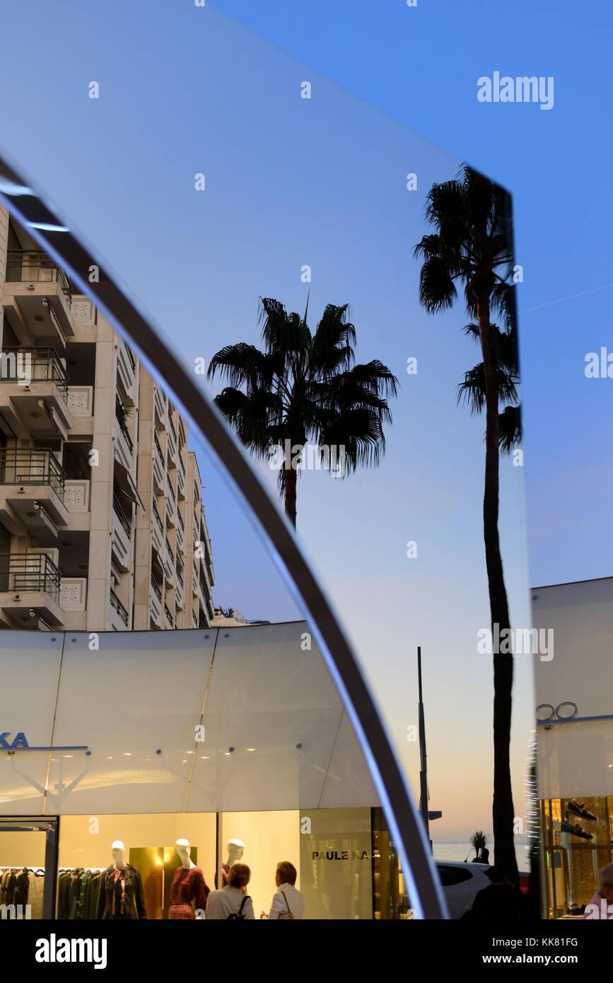 Reflexiones en el centro comercial de edificios y palmeras en el Boulevard de la Croisette, Cannes, Alpes-Maritimes, Riviera Francesa, Francia Foto de stock