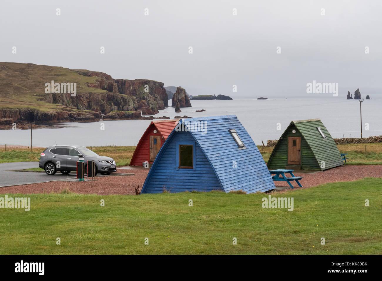 Con vistas a la bahía Braewick wigwams de madera en camping, Eshaness Braewick cafe, Shetland, Escocia Imagen De Stock