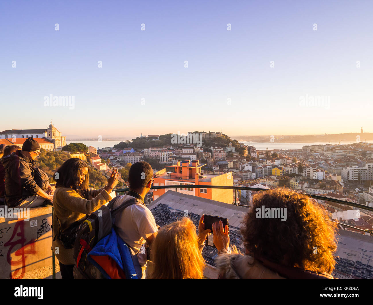 Lisboa, Portugal - Noviembre 19, 2017: los turistas en el mirador de la virgen del cerro Mirador, mirando el paisaje Imagen De Stock
