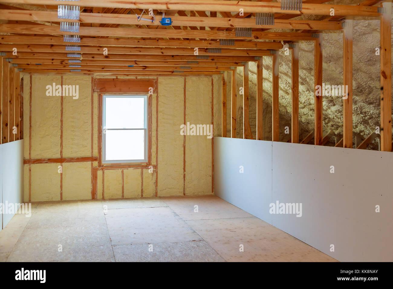 Y hidro aislamiento térmico con espuma en aerosol en el sitio de construcción de la casa, Imagen De Stock