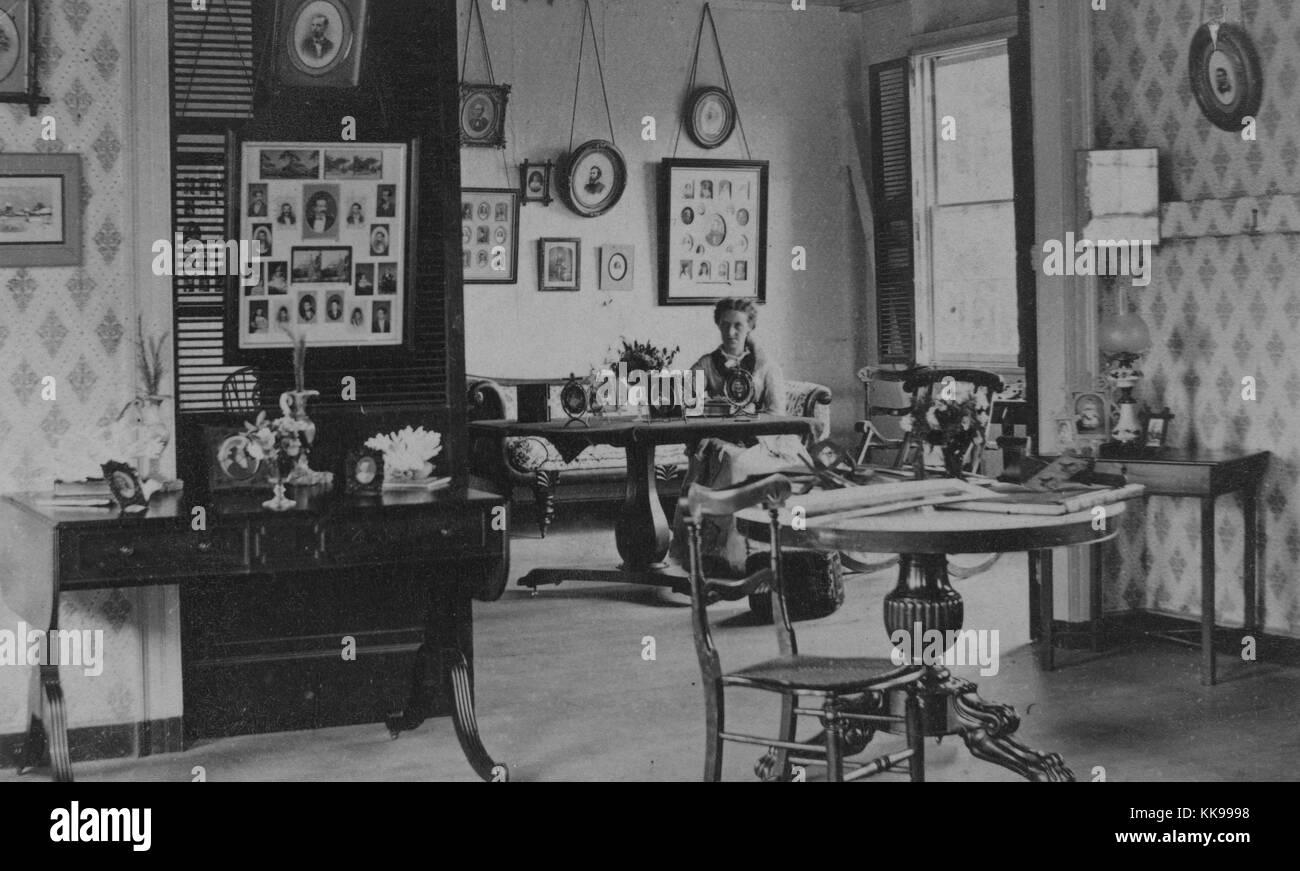 Una fotografía de una mujer sentada en una mesa en una sala de ...