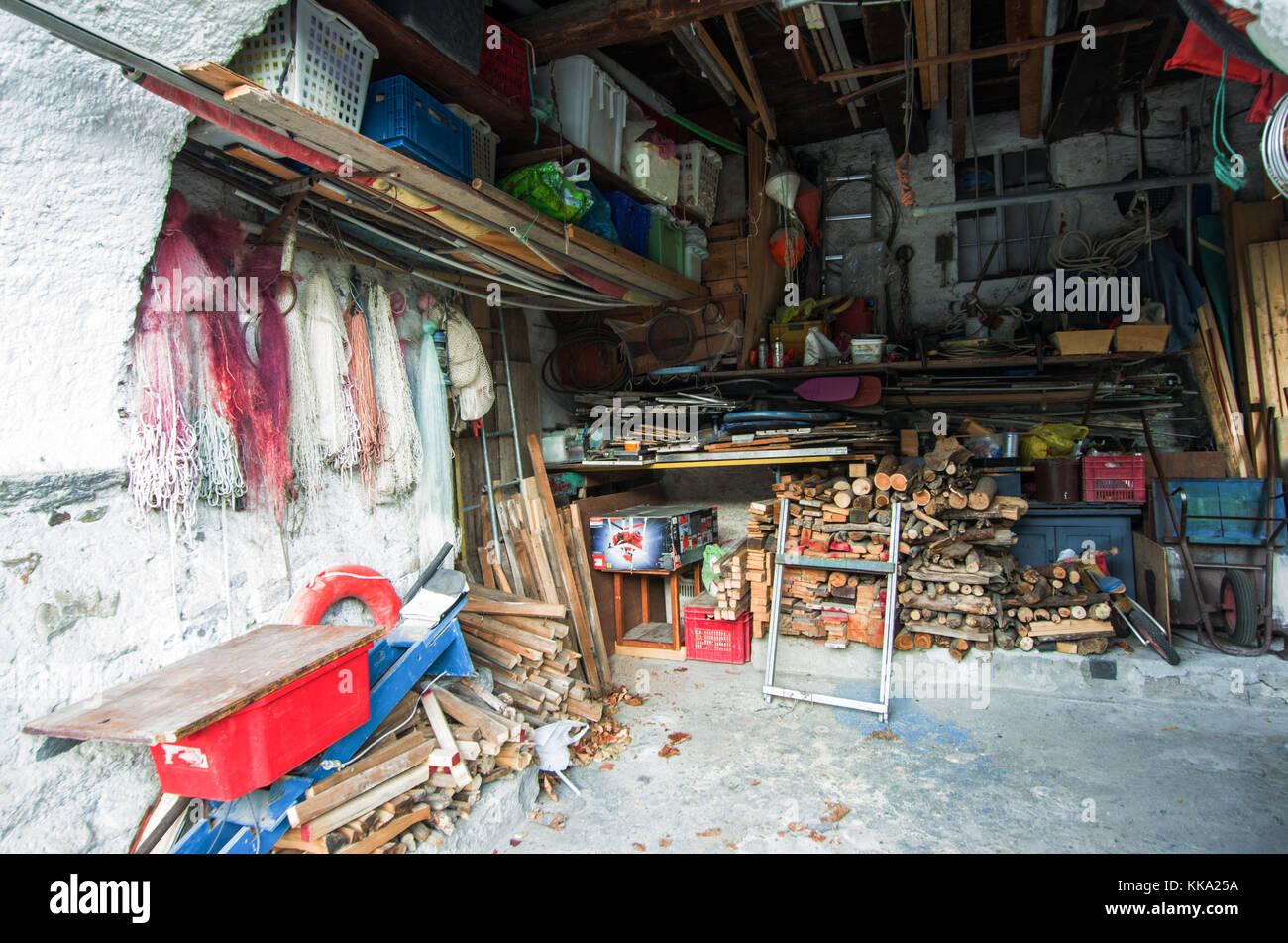 Un almacén de pescador, mosquiteros, color y leña Foto de stock