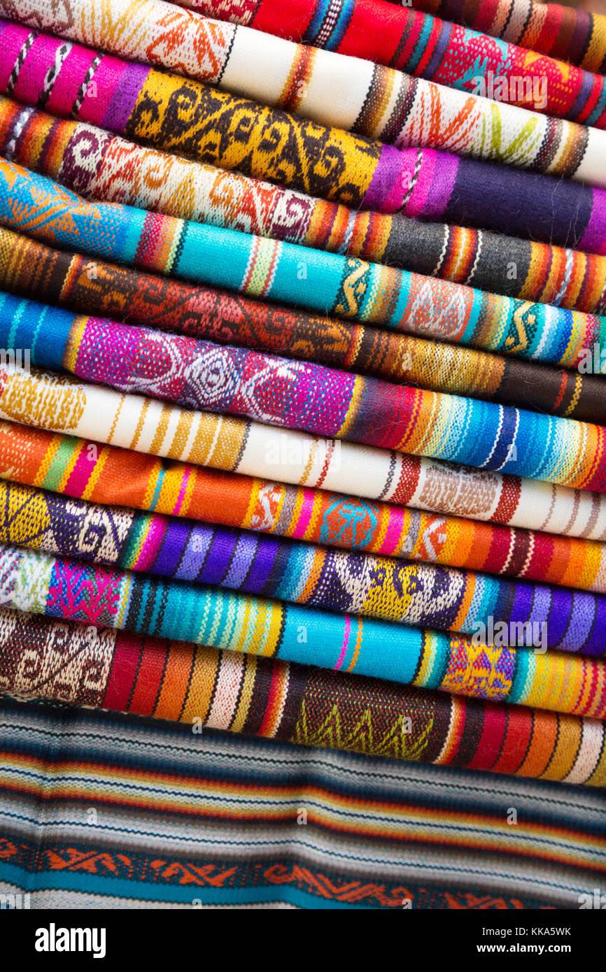 Coloridos textiles para la venta, el mercado de Otavalo, Otavalo, Ecuador Sudamérica Imagen De Stock