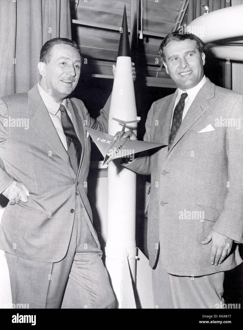 Walt Disney, izquierda y von Braun. wernher magnus maximilian Freiherr von Braun, el Dr. Wernher von Braun, alemán, después american, ingeniero aeroespacial y arquitecto espacial inventó el cohete V-2 para la Alemania nazi y el Saturn V para los estados unidos Foto de stock