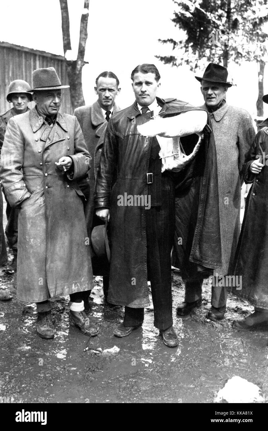 Von Braun, con su brazo en una conversión de un accidente de coche, se rindió a los americanos durante la Segunda Guerra Mundial. Wernher Magnus Maximilian Freiherr von Braun, el Dr. Wernher von Braun, Alemán, después American, ingeniero aeroespacial y arquitecto espacial inventó el cohete V-2 para la Alemania nazi y el Saturn V para los Estados Unidos Foto de stock