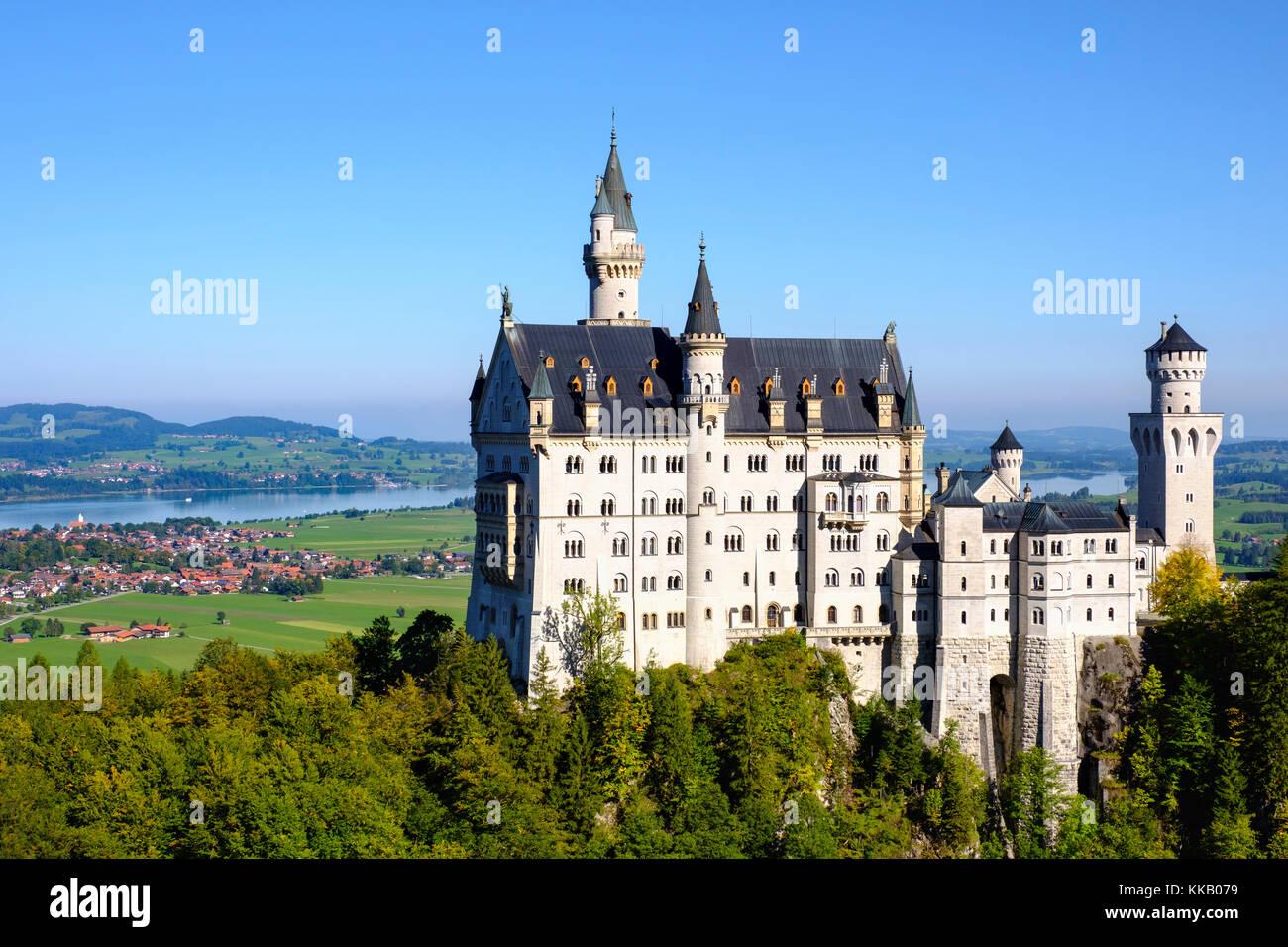 El castillo de Neuschwanstein, en la espalda forggensee, schwangau, königswinkel, ostallgäu, allgäu, Imagen De Stock