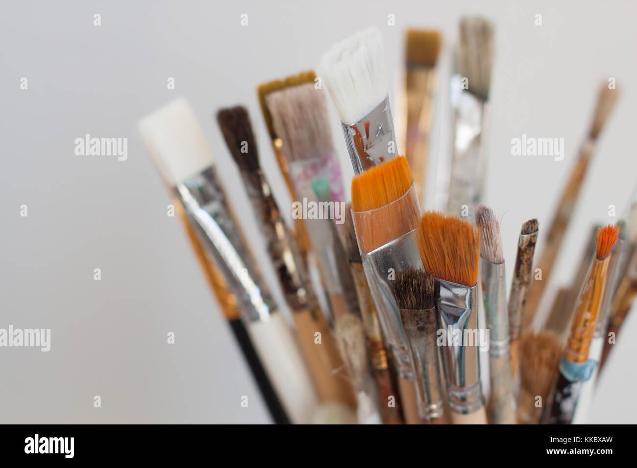 Pinceles de trabajo del artista. El enfoque selectivo con una copia del espacio. Imagen De Stock