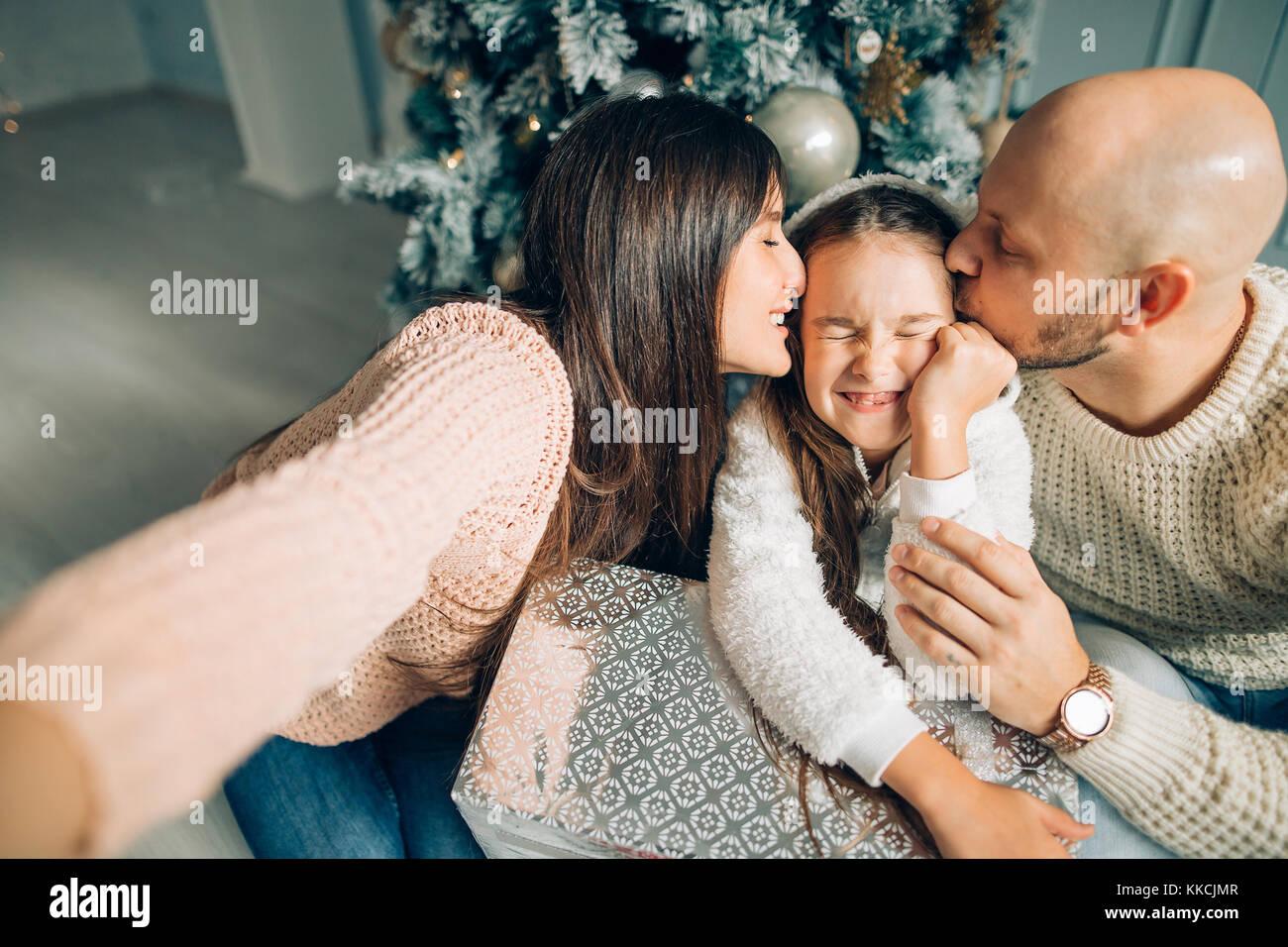 Familia alegre haciendo cómic xmas selfie y mostrando la lengua Imagen De Stock