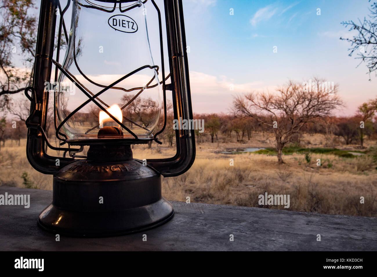 Linterna y paisaje en la zona de recepción del camping de lujo Onguma Tamboti, Reserva de caza, Namibia, África Imagen De Stock