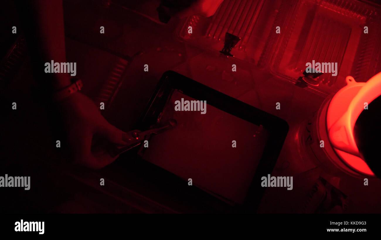 Proceso de impresión en el cuarto oscuro, el fotógrafo con la ...