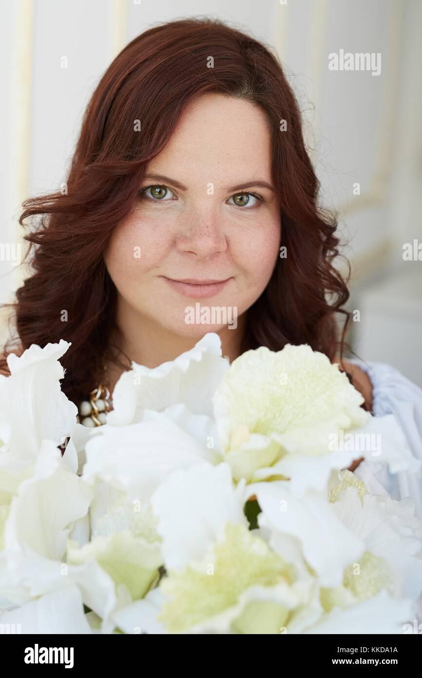 4ab21fb2c Retrato de mujer hermosa con cara sonriente y feliz pelo castaño vestida de  blanco puro vestido