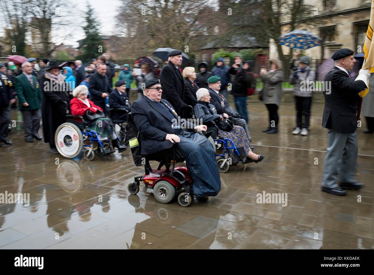 Desfile de veteranos británicos en lluvia fuera de York Minster conmemora 50º aniversario de la retirada Imagen De Stock