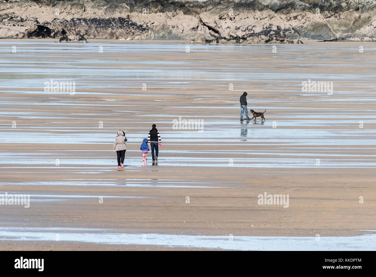 La playa Fistral newquay - gente caminando por la playa Fistral durante la marea baja, Newquay, Cornwall. Imagen De Stock
