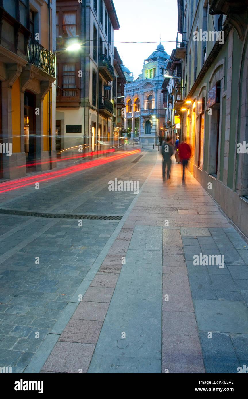 La calle por la noche. Llanes, Asturias, España. Imagen De Stock