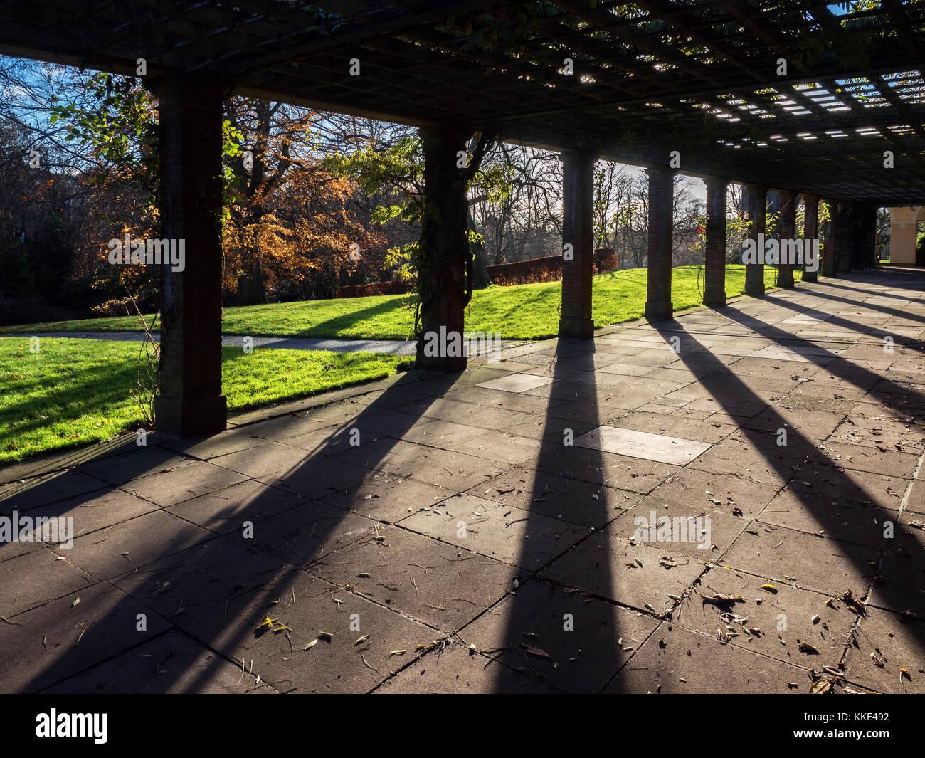 Luz Y Sombras En La Terraza Para Tomar El Sol En Los