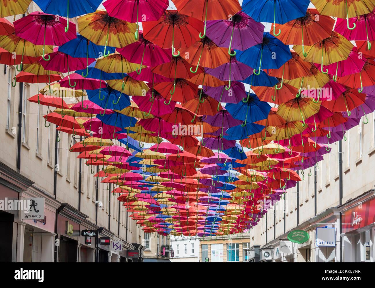 Paraguas abiertos de los cables colgando por encima del centro comercial del área de Southgate de la ciudad de Bath. Foto de stock