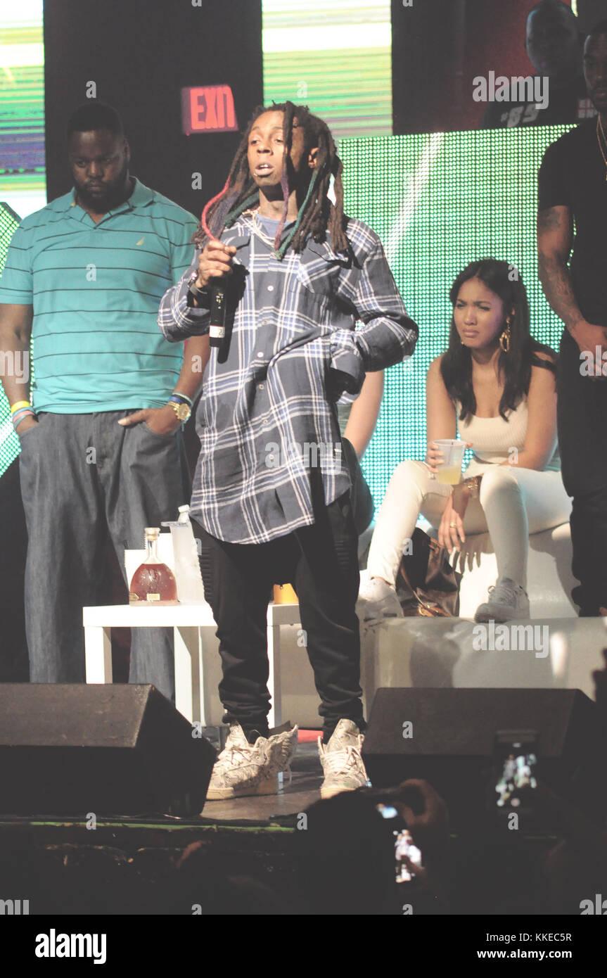 Fort Lauderdale, FL - Marzo 23: uno de los guardaespaldas de Lil Wayne abría paso a la multitud en un show de la florida temprano el domingo y embellecida de un fan que aparentemente había enojado el rapero, un nuevo vídeo muestra. los 32 años de edad, la estrella del hip-hop apareció a singularizar el joven barbudo show-visitante ante el brutal ataque a la revolución vive en Fort Lauderdale, Broward y Palm Beach New Times informó. El 23 de marzo de 2015 en Fort Lauderdale, Florida. Personas: Lil Wayne Foto de stock