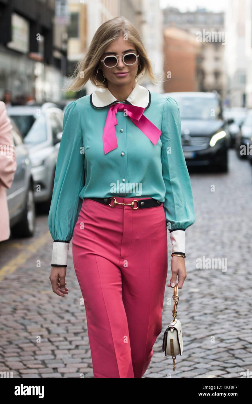 Milán Italia 22 De Septiembre De 2017 Una Chica En Ropa De Moda Posando Fuera Del Espectáculo Durante La Armani Milano Fashion Show Ss2018 Fotografía De Stock Alamy
