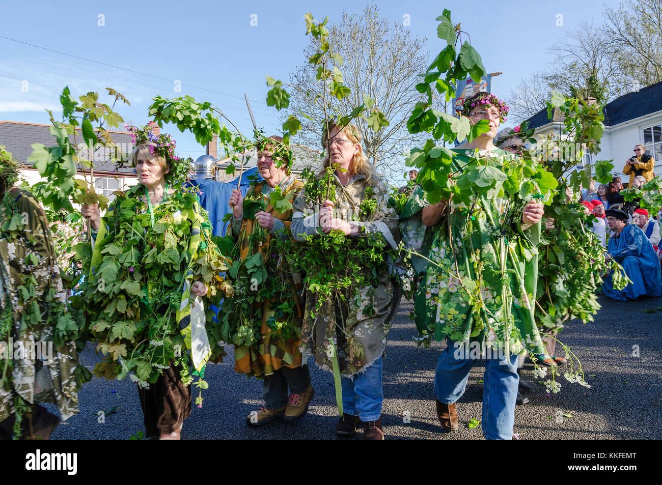 Los participantes en el hal-un-tow pageant sobre flora día en helston, Cornwall, Inglaterra, Reino Unido. Foto de stock