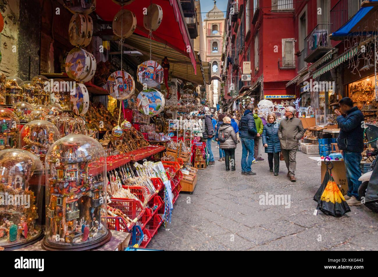 Via San Gregorio Armeno en Nápoles  calle de los belenistas Imagen De Stock c39670de9a6db