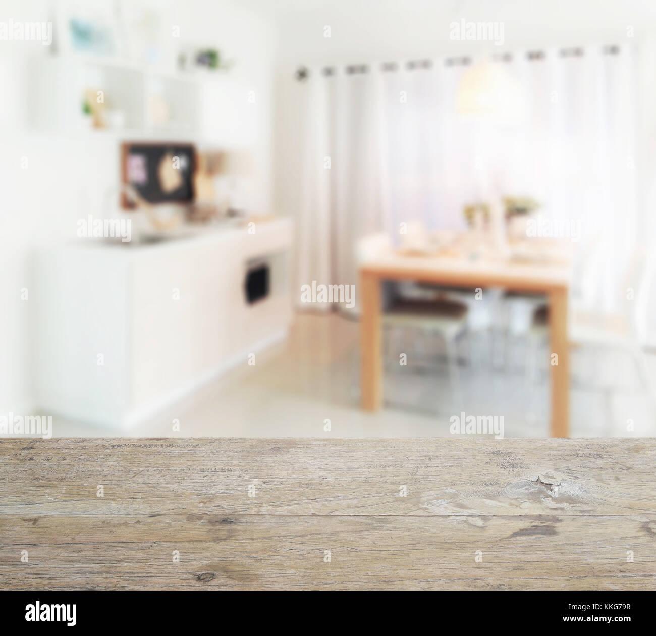 Mesa de madera con desenfoque de mesa de comedor de madera junto a ...
