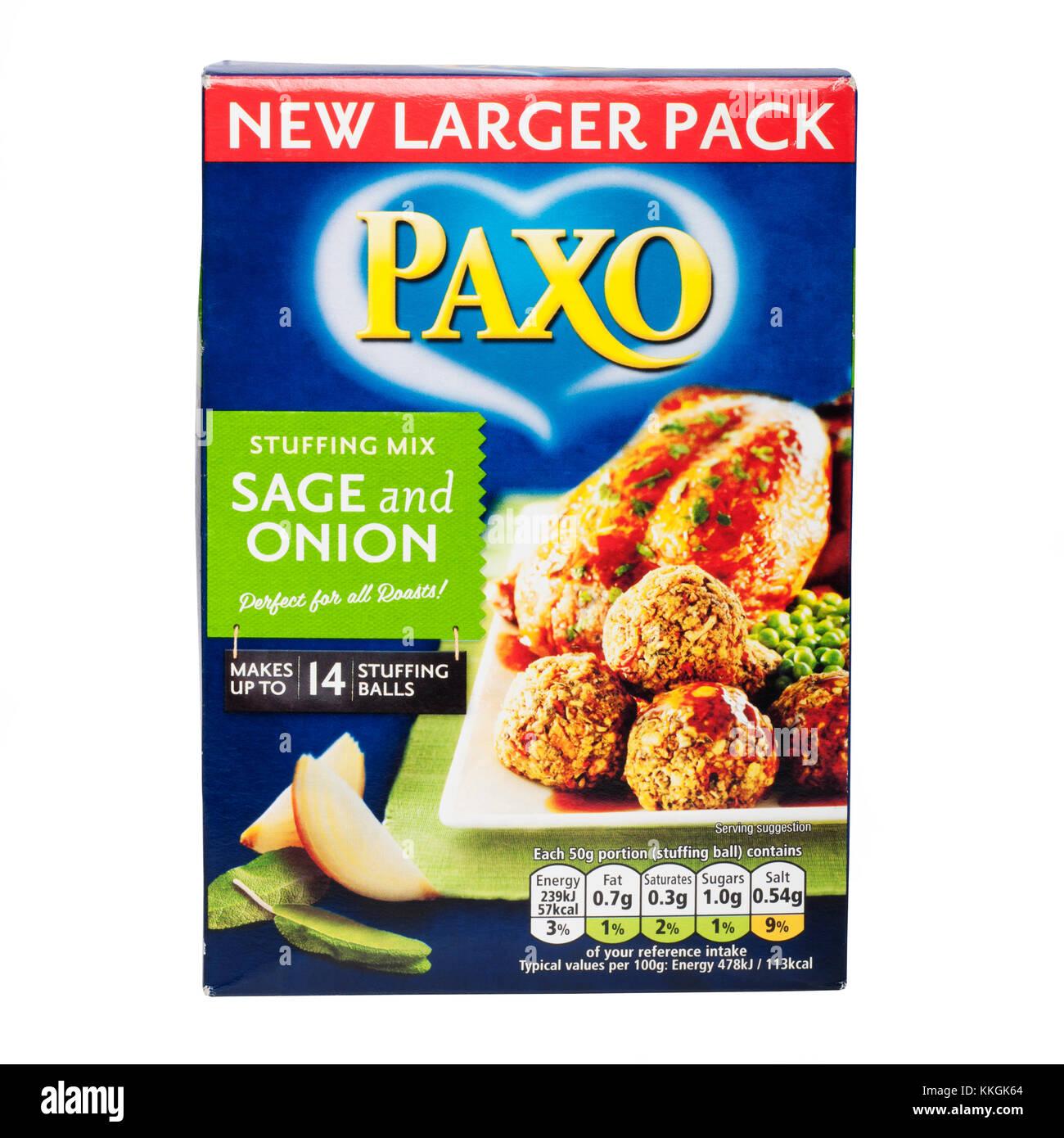 Paxo relleno mezclar con sage & Cebolla sobre un fondo blanco. Imagen De Stock
