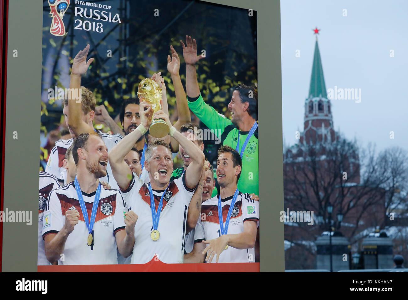 Moskau, Russland. 29 de noviembre de 2017. Der Kreml con WM 2018 Logos und Plakaten. Hier con einem Plakat vom Weltmeister 2014 Alemania con Bastian Schweinsteiger. Característica/Schmuckbild/Hintergrund/Hintergrundbild. Fussball: Auslosung zur FIFA- Fussball Weltmeisterschaft 2018 en Moskau, Russland 01.12.2017 - Fútbol, sorteo de la Copa Mundial de la FIFA 2018, Moscú, 01 de diciembre de 2017  uso en todo el mundo crédito: dpa/Alamy Live News Foto de stock