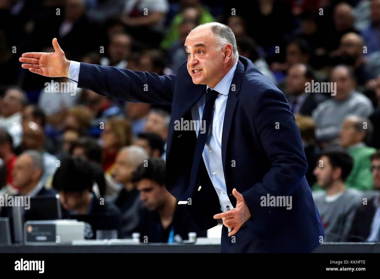 El entrenador del Real madrid pablo laso gestos durante el partido jugado la Euroliga de baloncesto en el palacio Imagen De Stock