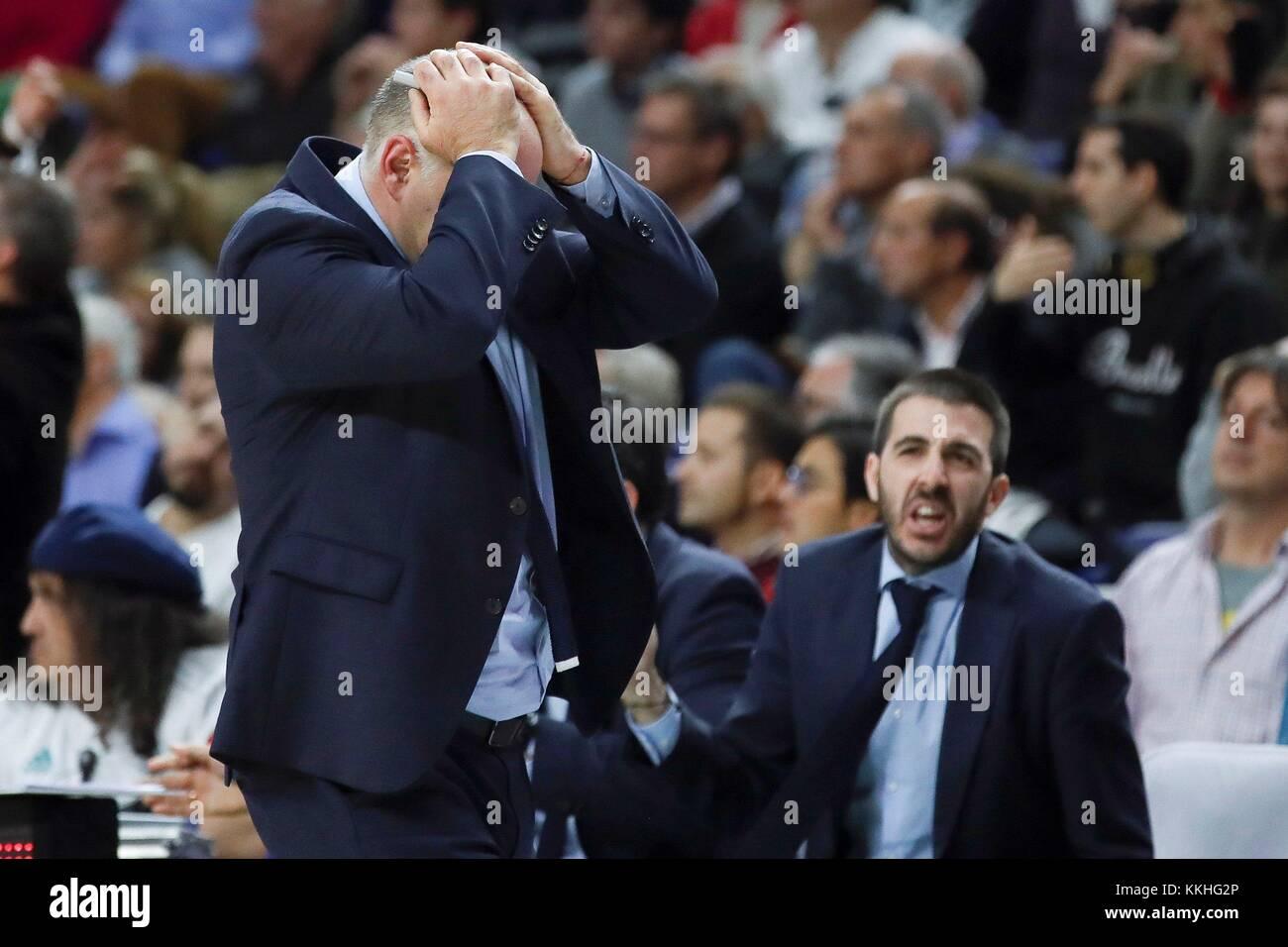 El entrenador del Real madrid pablo laso reacciona durante su partido jugado la Euroliga de baloncesto en el palacio Imagen De Stock