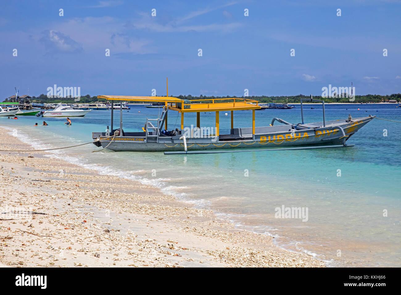Outrigger barco turístico en la isla de Gili Trawangan, la mayor de las Islas Gili de Lombok, Indonesia Imagen De Stock