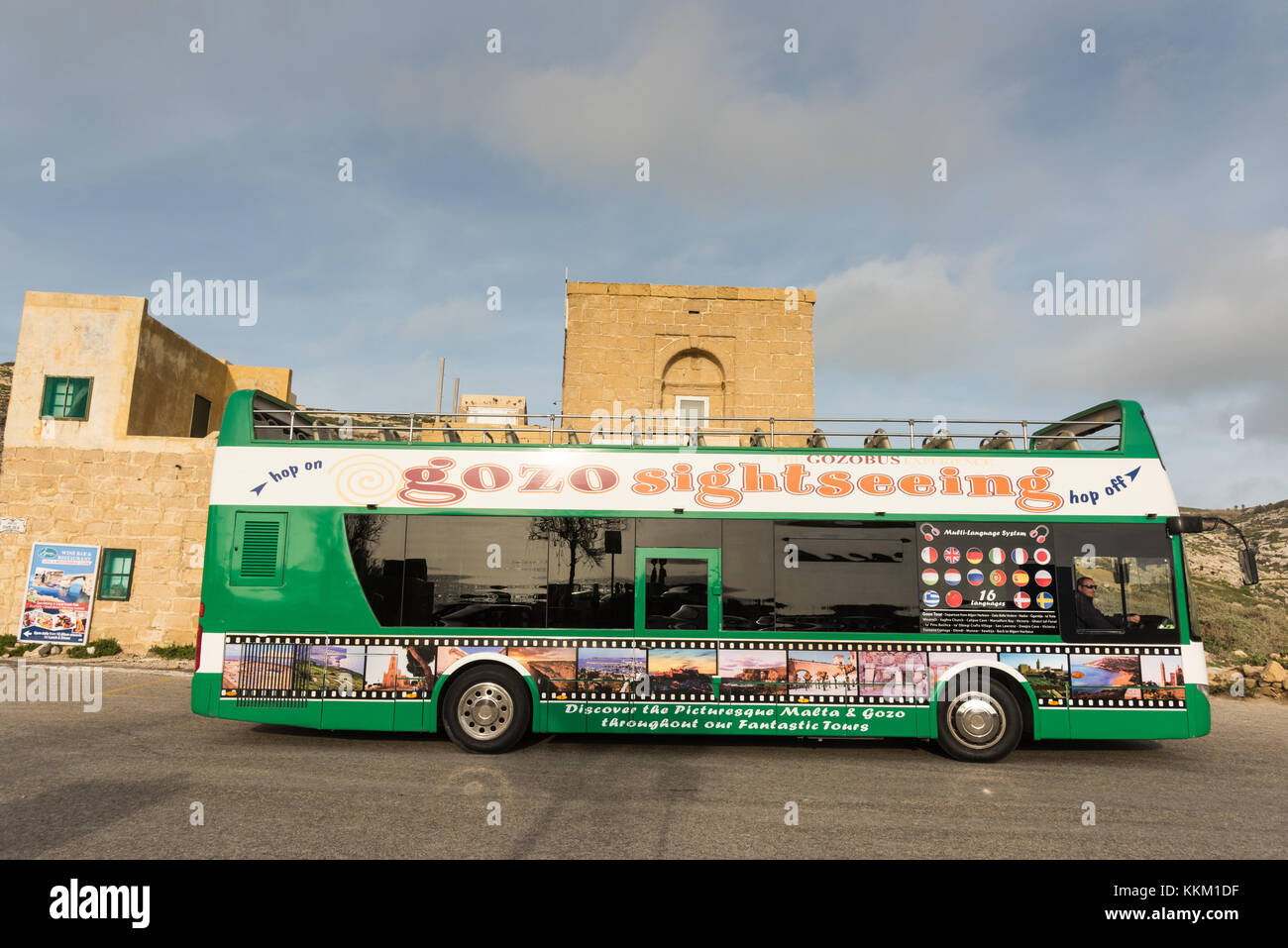 Un viaje de recorrido turístico en autobús o autocar, en la isla de Gozo, Malta, Europa. Imagen De Stock