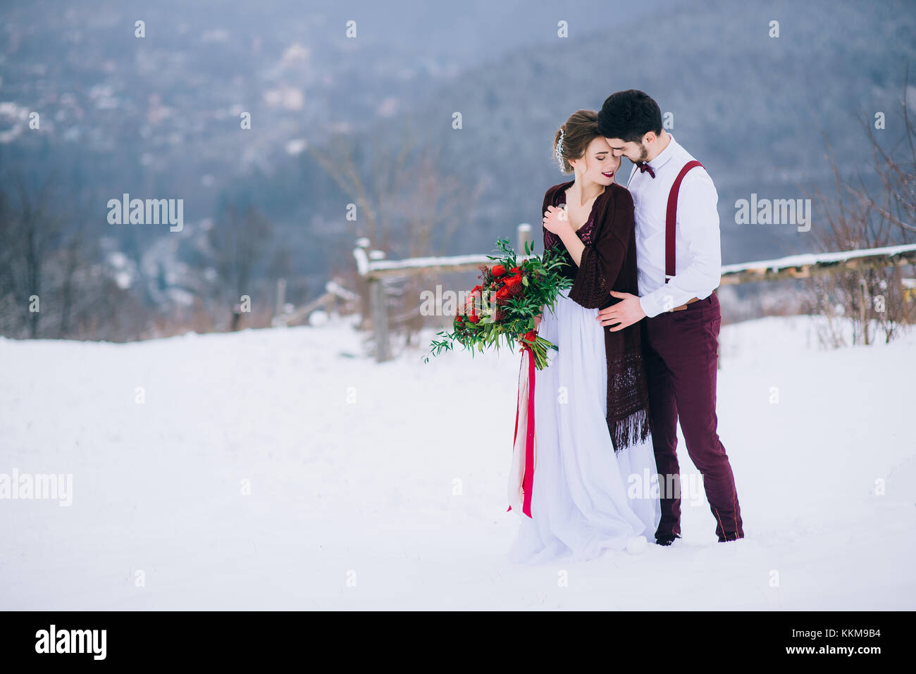 En el novio y la novia de color marrón en Borgoña, en los montes Cárpatos Foto de stock