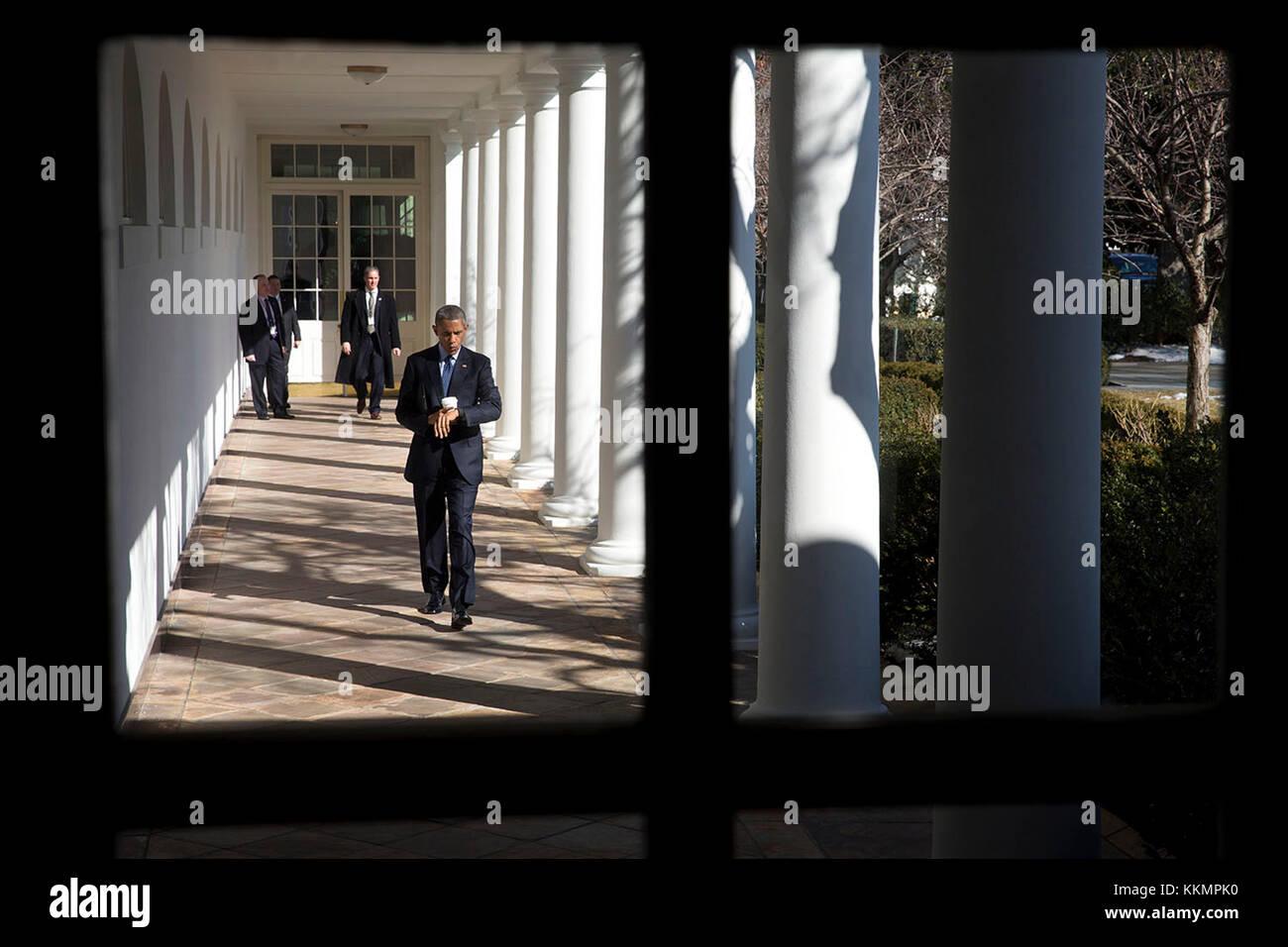El presidente Barack Obama mira su reloj mientras camina a lo largo de la  columnata a la oficina oval fc23bf8960313