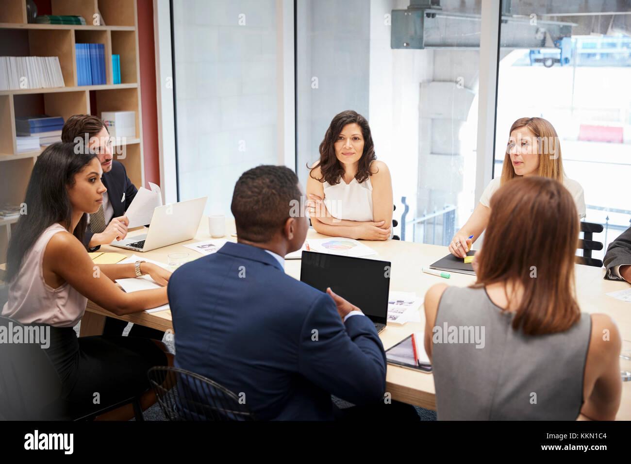 Grupo de personas en medio de una reunión en una sala de juntas Imagen De Stock