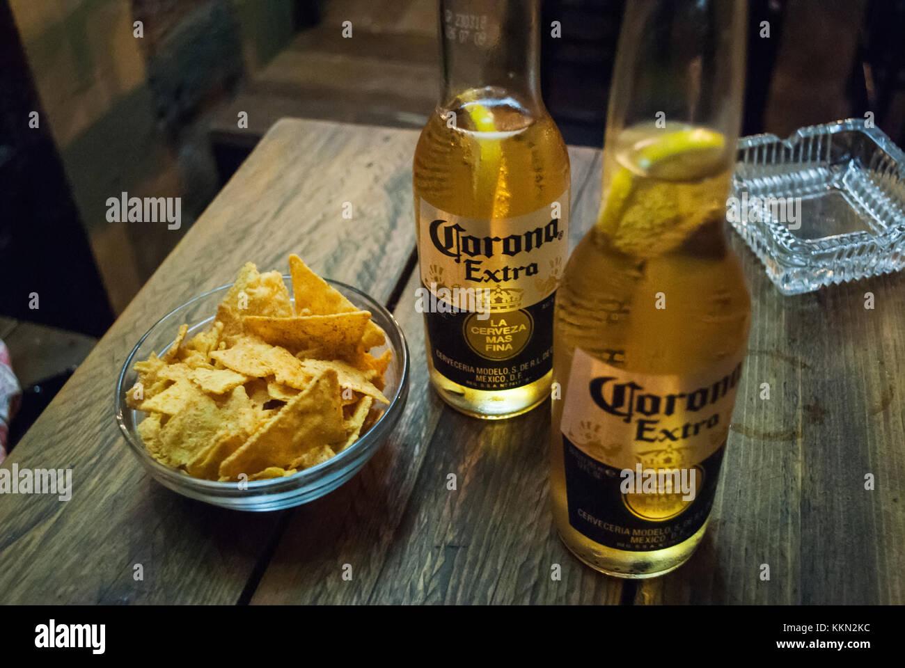 Resultado de imagen de cerveza corona en la mesa de noche