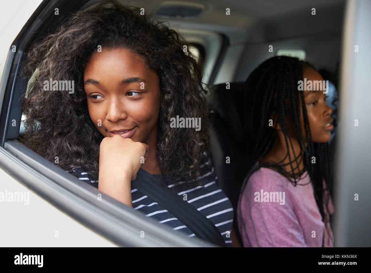 Familia con hijos adolescentes en coche en Road Trip. Imagen De Stock