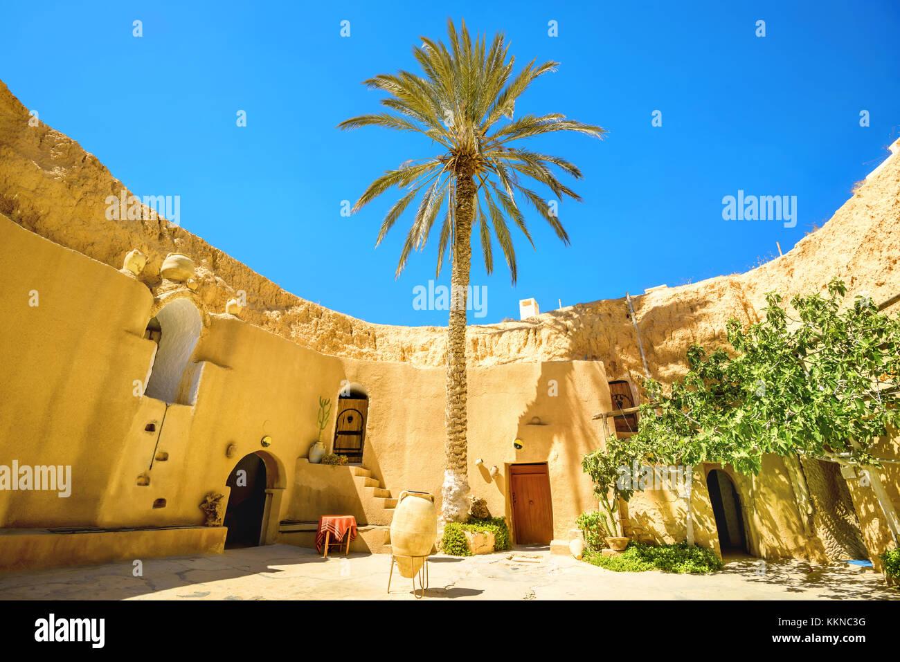 Patio de moradas subterráneas bereber. matmata, Túnez, África del norte Imagen De Stock